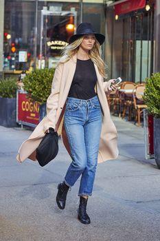 Эльза Хоск без лифчика на улицах Нью-Йорка фото #1