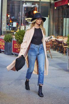 Эльза Хоск без лифчика на улицах Нью-Йорка фото #2