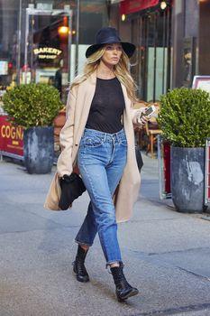 Эльза Хоск без лифчика на улицах Нью-Йорка фото #3