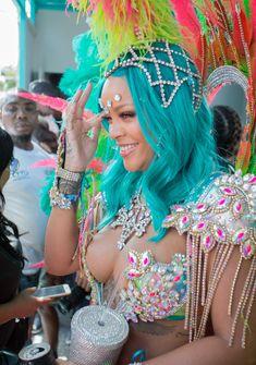 Откровенные декольте Рианны на карнавале в Барбадосе фото #2