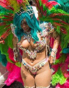 Откровенные декольте Рианны на карнавале в Барбадосе фото #8