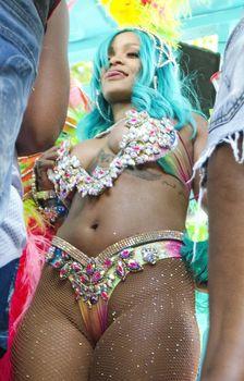 Откровенные декольте Рианны на карнавале в Барбадосе фото #11