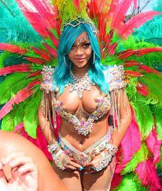 Откровенные декольте Рианны на карнавале в Барбадосе фото #13
