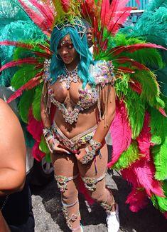 Откровенные декольте Рианны на карнавале в Барбадосе фото #14
