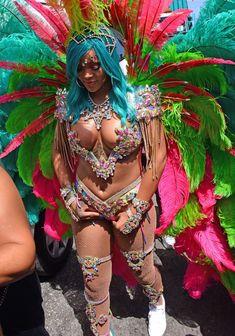 Откровенные декольте Рианны на карнавале в Барбадосе фото #16