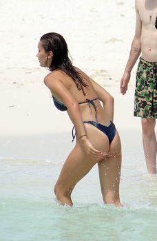 Белла Хадид в мокром купальнике на пляже Теркс и Кайкос фото #4