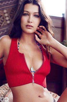 Белла Хадид в ярких купальниках для GQ фото #7