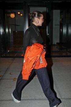 Белла Хадид сексуально засветила соски в Нью-Йорке фото #4