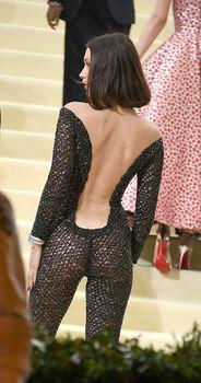 Аппетитная попка Беллы Хадид в сексуальном костюме на MET Costume Institute Gala фото #1