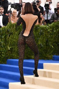 Аппетитная попка Беллы Хадид в сексуальном костюме на MET Costume Institute Gala фото #5