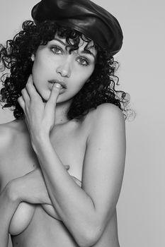 Белла Хадид немного обнажилась для журнала 032c фото #2