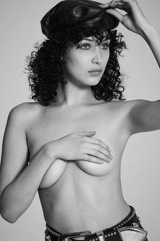 Белла Хадид немного обнажилась для журнала 032c фото #3