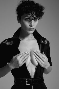 Белла Хадид немного обнажилась для журнала 032c фото #5