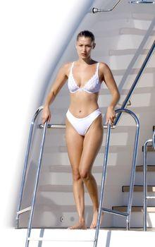 Белла Хадид в купальнике во Франции фото #1