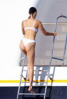 Белла Хадид в купальнике во Франции фото #5
