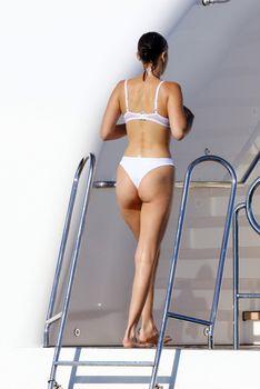 Белла Хадид в купальнике во Франции фото #6