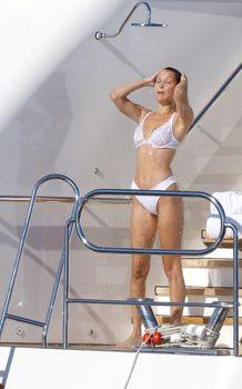 Белла Хадид в купальнике во Франции фото #7