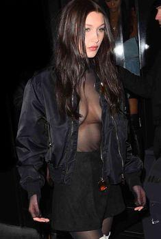 Пышная грудь Беллы Хадид в прозрачном наряде в Париже фото #1