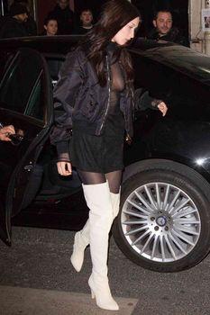 Пышная грудь Беллы Хадид в прозрачном наряде в Париже фото #2