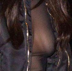 Пышная грудь Беллы Хадид в прозрачном наряде в Париже фото #15