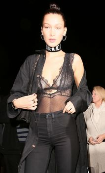 Соски Беллы Хадид под прозрачным платьем в Западном Голливуде фото #4