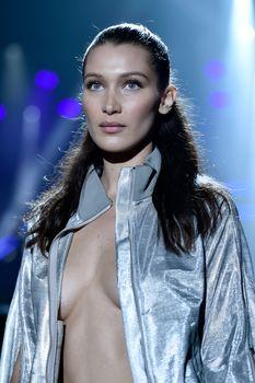 Белла Хадид дефилирует в откровенном наряде на Gala Runway Show фото #1