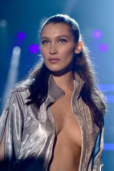 Белла Хадид дефилирует в откровенном наряде на Gala Runway Show фото #2