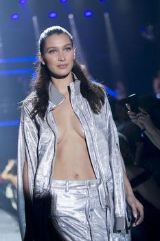 Белла Хадид дефилирует в откровенном наряде на Gala Runway Show фото #4