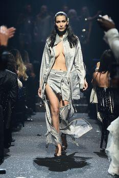 Белла Хадид дефилирует в откровенном наряде на Gala Runway Show фото #6