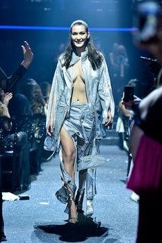 Белла Хадид дефилирует в откровенном наряде на Gala Runway Show фото #7
