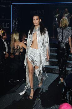 Белла Хадид дефилирует в откровенном наряде на Gala Runway Show фото #9