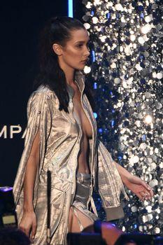 Белла Хадид дефилирует в откровенном наряде на Gala Runway Show фото #10