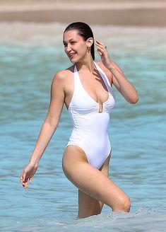 Сексуальная попка Беллы Хадид в купальнике на пляже Сент-Бартс фото #2