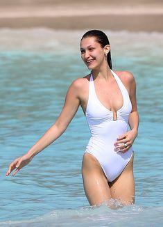 Сексуальная попка Беллы Хадид в купальнике на пляже Сент-Бартс фото #3