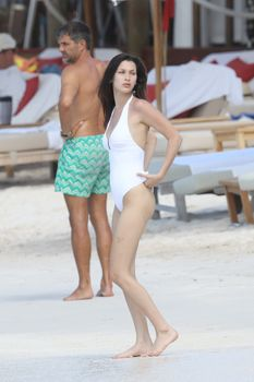 Сексуальная попка Беллы Хадид в купальнике на пляже Сент-Бартс фото #5