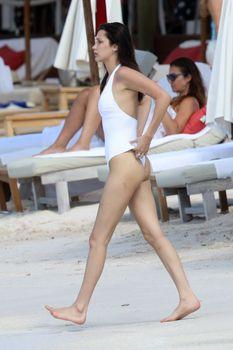 Сексуальная попка Беллы Хадид в купальнике на пляже Сент-Бартс фото #11