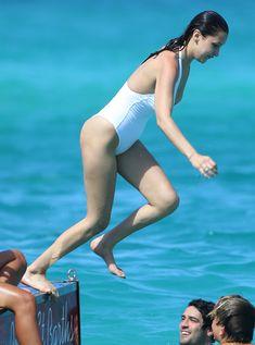 Сексуальная попка Беллы Хадид в купальнике на пляже Сент-Бартс фото #12