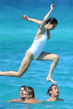 Сексуальная попка Беллы Хадид в купальнике на пляже Сент-Бартс фото #13