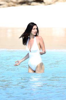 Сексуальная попка Беллы Хадид в купальнике на пляже Сент-Бартс фото #14