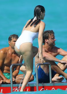 Сексуальная попка Беллы Хадид в купальнике на пляже Сент-Бартс фото #18