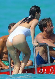 Сексуальная попка Беллы Хадид в купальнике на пляже Сент-Бартс фото #19