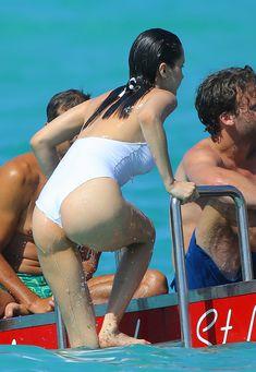 Сексуальная попка Беллы Хадид в купальнике на пляже Сент-Бартс фото #20