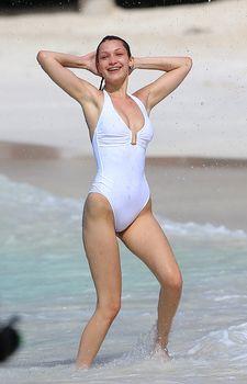 Сексуальная попка Беллы Хадид в купальнике на пляже Сент-Бартс фото #27