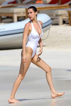 Сексуальная попка Беллы Хадид в купальнике на пляже Сент-Бартс фото #30