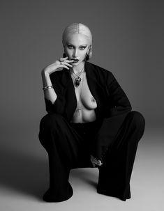 Белла Хадид обнажила грудь в журнале PAPER фото #7