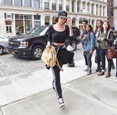 Белла Хадид без бюстгальтера гуляет в Нью-Йорке фото #3