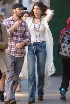Взбудораженные соски Беллы Хадид под майкой в Нью-Йорке фото #2