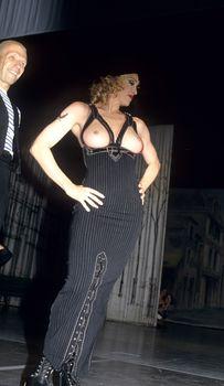 Мадонна показала голую грудь на Fashion Show фото #1