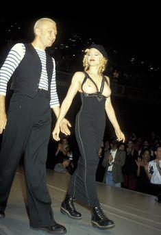 Мадонна показала голую грудь на Fashion Show фото #2