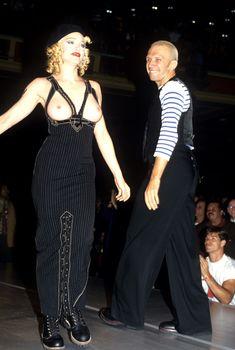 Мадонна показала голую грудь на Fashion Show фото #4